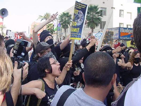 Chanting against Pol...