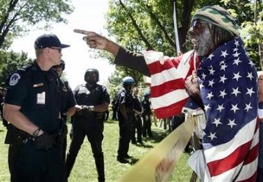 Minutemen, protester...