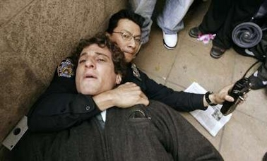 Cop scuffles with Pr...