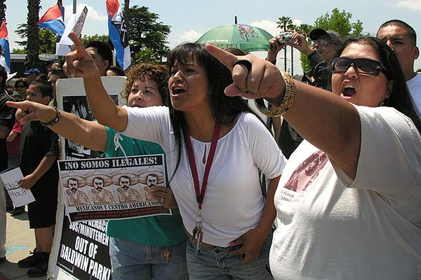 Minutemen protest in...