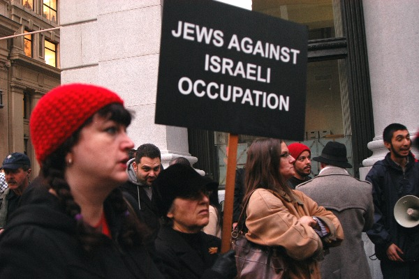 Jews stand with Pale...
